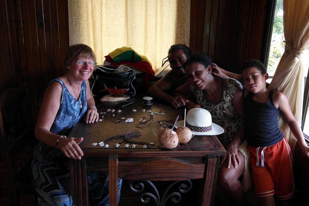 47 bezoek bij Tarina en Macko, familie die sieraden maakt en kruidenierswinkeltje heeft SAM_5290