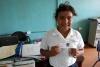 45 Yendri blij en trots met haar nieuwe indentiteitskaartje dat elk schoolkind bij zich draagt SAM_5256
