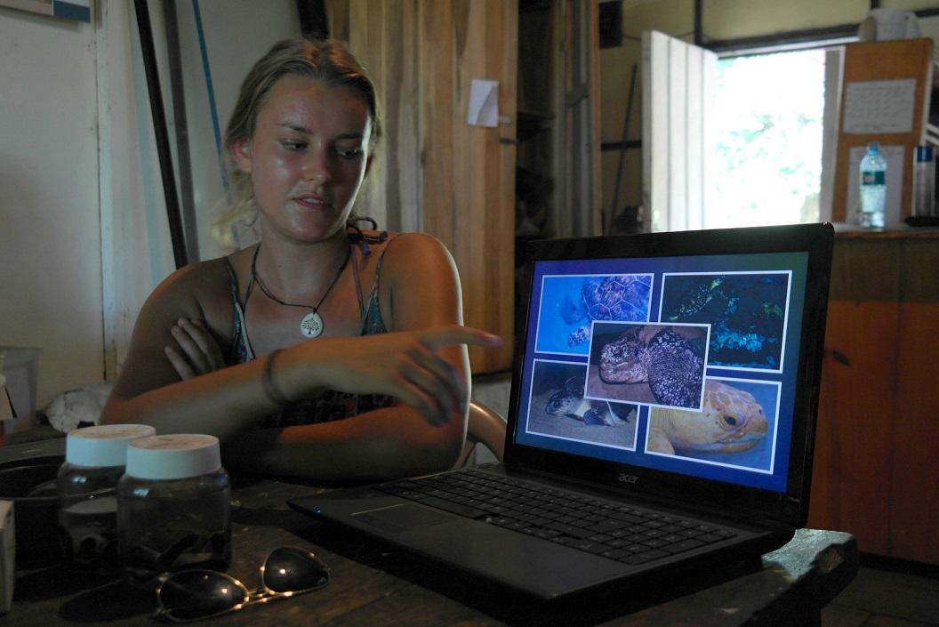 06 Maya een Engelse vrijwilligster die al meerdere keren als vrijwilligster mee heeft gewerkt vertelt over de levenscyclus van de Leatherback schildpadden SAM_5118