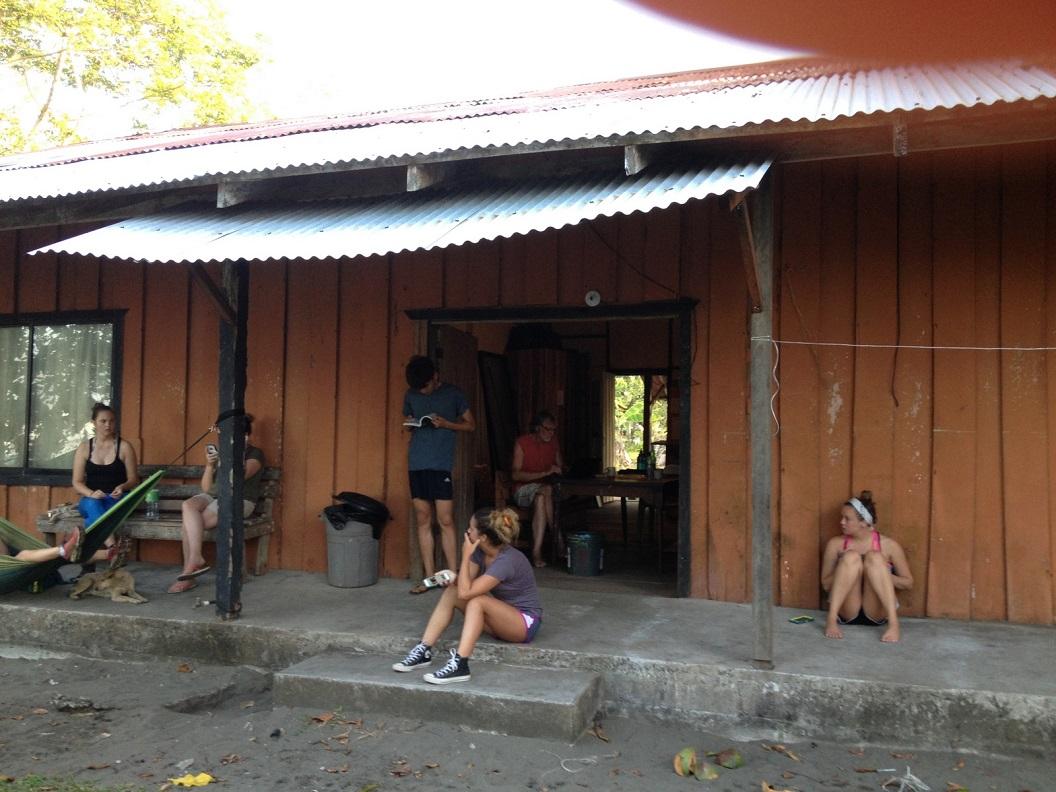 28 op zoek naar elkaar en informatie, het vrijwilligershuis is de enige plek voor de vrijwilligers waar ook WiFi beschikbaar is IMG_5139