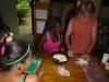 33 onze lelares Empanada's maken kijkt zorgvuldig toe P1020266