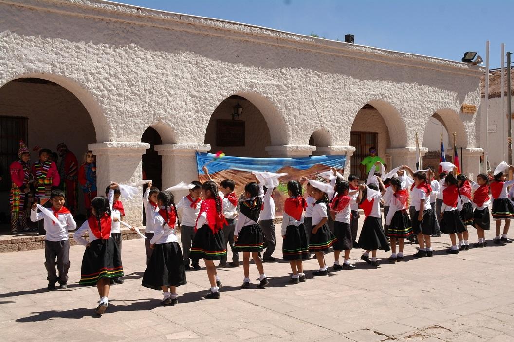 10 vrolijke kleurige traditionele dans door de leerlingen op het plein van het Municipalidad