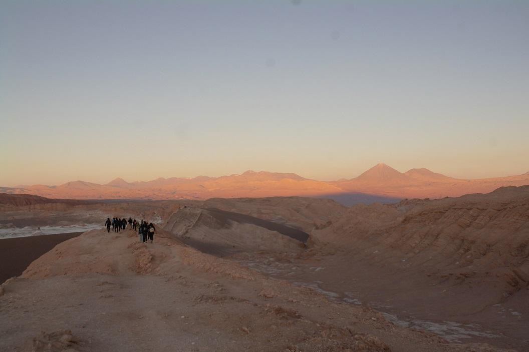 17 met vele anderen genieten van de ondergaande zon in Moon Valley , het Maandal