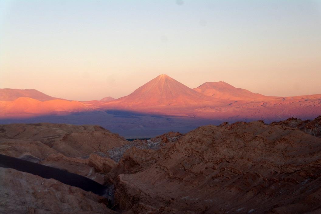 18 Het Maandal is het mooist bij zonsondergang, als het zwakker wordende licht de woestijngrond in de mooiste tinten kleurt - van goud via purper tot okergeel