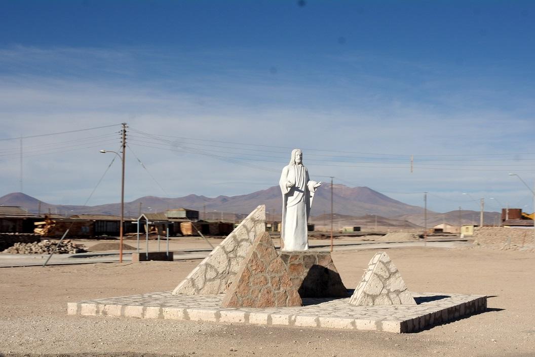 39 aankomst in Ollague, een klein grensplaatsje met Bolivia waar vooral veel zeer oude  zouttransport treinstellen geparkeerd staan en een douane en immigration kantoor