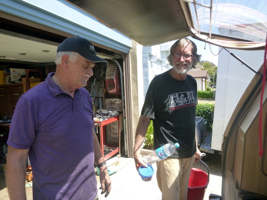 01 hartelijke ontvangst bij Jan Loman en Sandy in San Jose - Jan en Wim samen aan de VW techniek - oplossen van oplaad probleem Accu P1020600