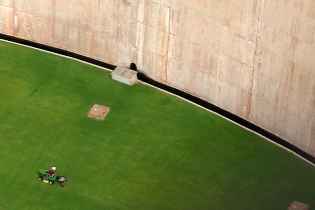 15 aan de basis van de dam wordt het grasveld gemaaid SAM_6592