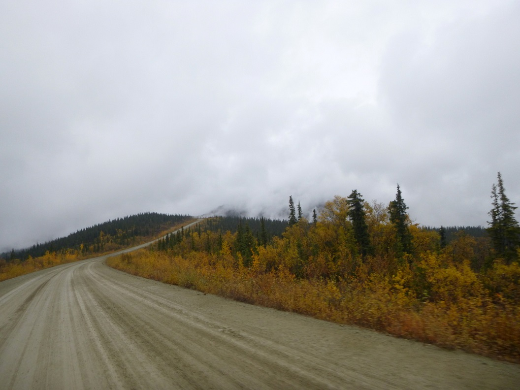 05 Top of the World Highway richting Alaska - hier nu volop herfstkleuren - prachtige route P1020905