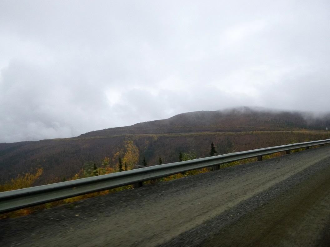 06 Top of the World Highway richting Alaska - hier nu volop herfstkleuren - prachtige route P1020912