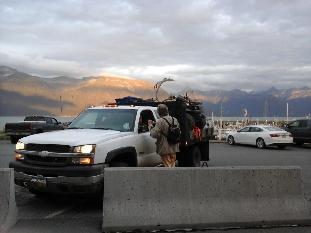 26 op de parkeerplaats aan de haven komen de jagers terug van hun jacht 20160920_193850