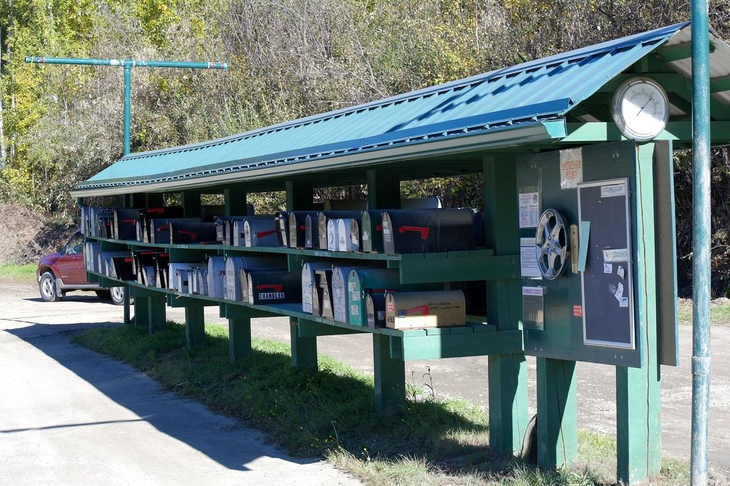 17 bij de ingang van een bergketen alle brievenbussen op een rijtje voor iedereen in de buurt, voorzien van prikbord voor Haystacks nieuws en thermometer in de nok- 60oF-15oC SAM_1112