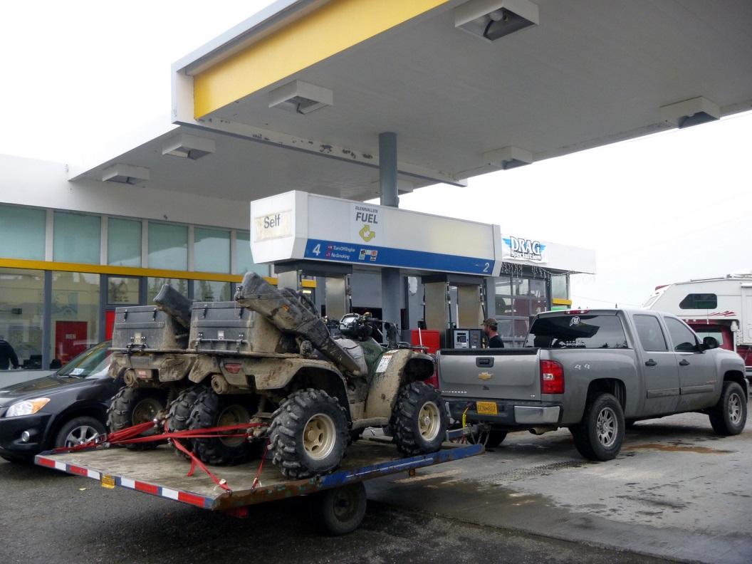 15 tanken - naast ons de jagers - jachtseizoen is begonnen in deze omgeving van Alaska P1030399