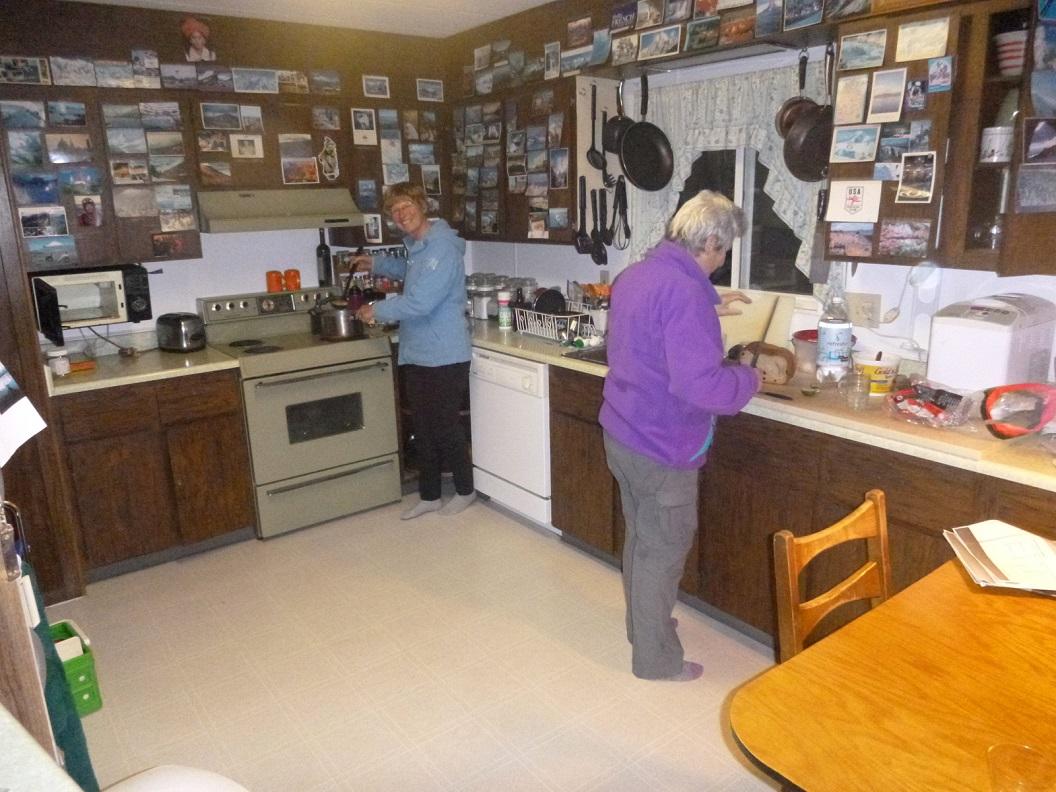 33 samen met Susan ons potje koken in de late avond in Valdez P1030508