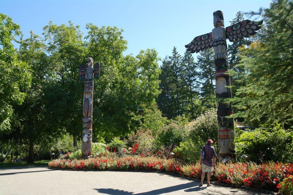 12 Totem Poles, door meester Carver Dong la Fortune. Geschonken door de Tsawout First Nation op de 100e verjaardag van de Butchart Gardens (9 Sept 2004) SAM_8975