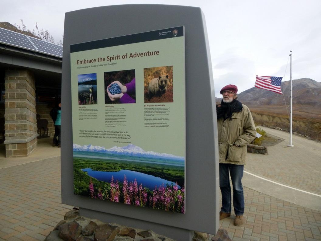 11 uitleg en expositie bij Eielson Visiter Center - Denali National Park en vlag half stok i.v.m. herdenkingsdag vandaag 11-11 P1030228