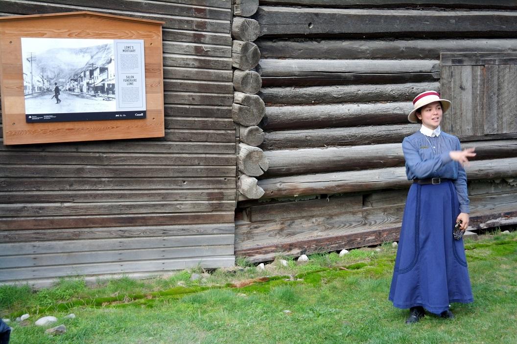 04 historische rondwandeling onder leiding van een parmantige jonge dame met veel kennnis van de geschiedenis en verrassende verhalen SAM_0876