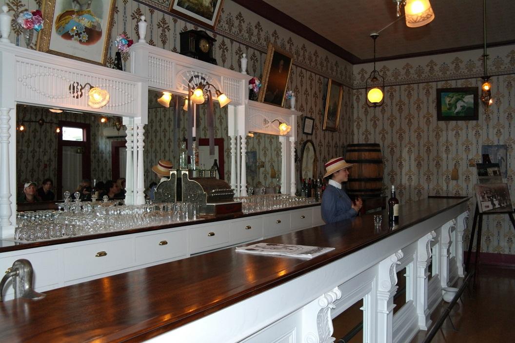11 The Red Feather Saloon, met veel sterke verhalen ( en drank) ... met name over de geschiedenis van de Sourtoe Cocktail SAM_0890