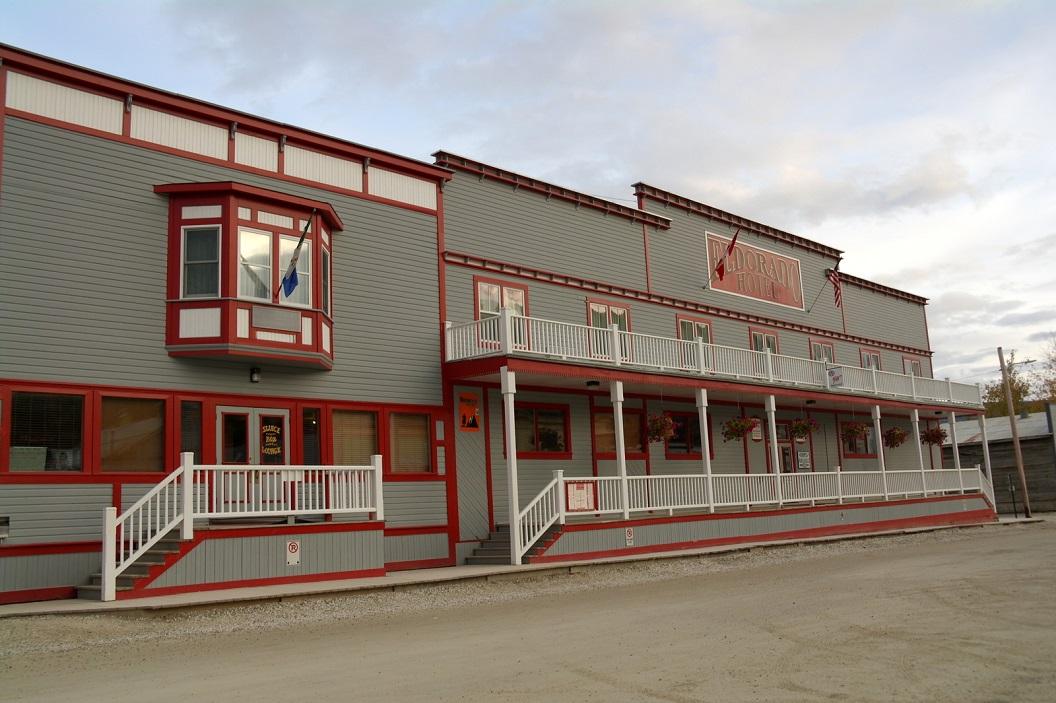 13 het inmiddels zeer toeristische stadje Dawson City met veel kleurige huizen en gebouwen SAM_0901