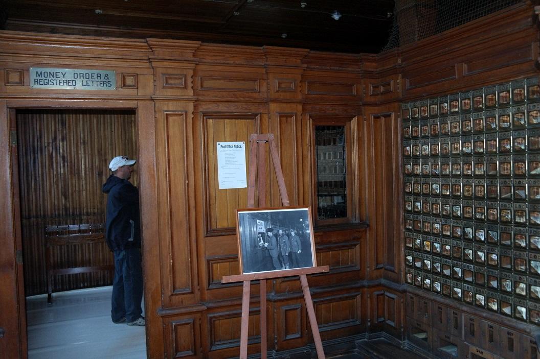 19 het postkantoor nog in dezelfde staat als vroeger wordt niet meer gebruikt als postkantoor omdat het in de winter niet warm te houden is SAM_0910