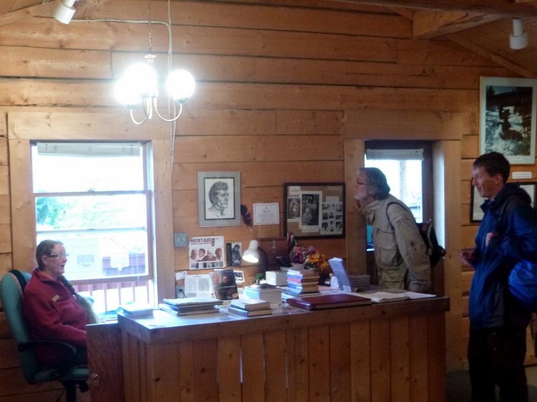26 Jack Londons boeken in vele talen vertaald, zoals de bekende roman Call of the Wild (1903) de door goudkoorts bij de Klondike geinspireerde roman P1020873