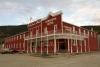 09 het inmiddels zeer toeristische stadje Dawson City met veel kleurige huizen en gebouwen SAM_0882