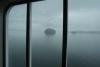09 uitzicht vanuit onze zitplaats op de Ferry, buiten is het guur, nat, grijs en druilerig SAM_0169