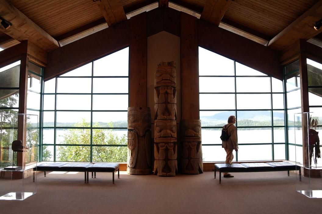 10 totems in de hal van het Museum of Northern British Columbia SAM_0305