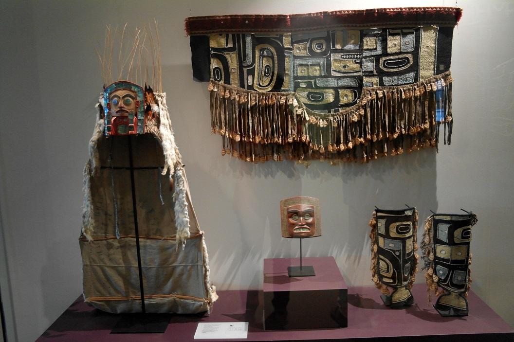 12 ceremoniële kleding van de eerste volken aan de noordwestkust SAM_0318