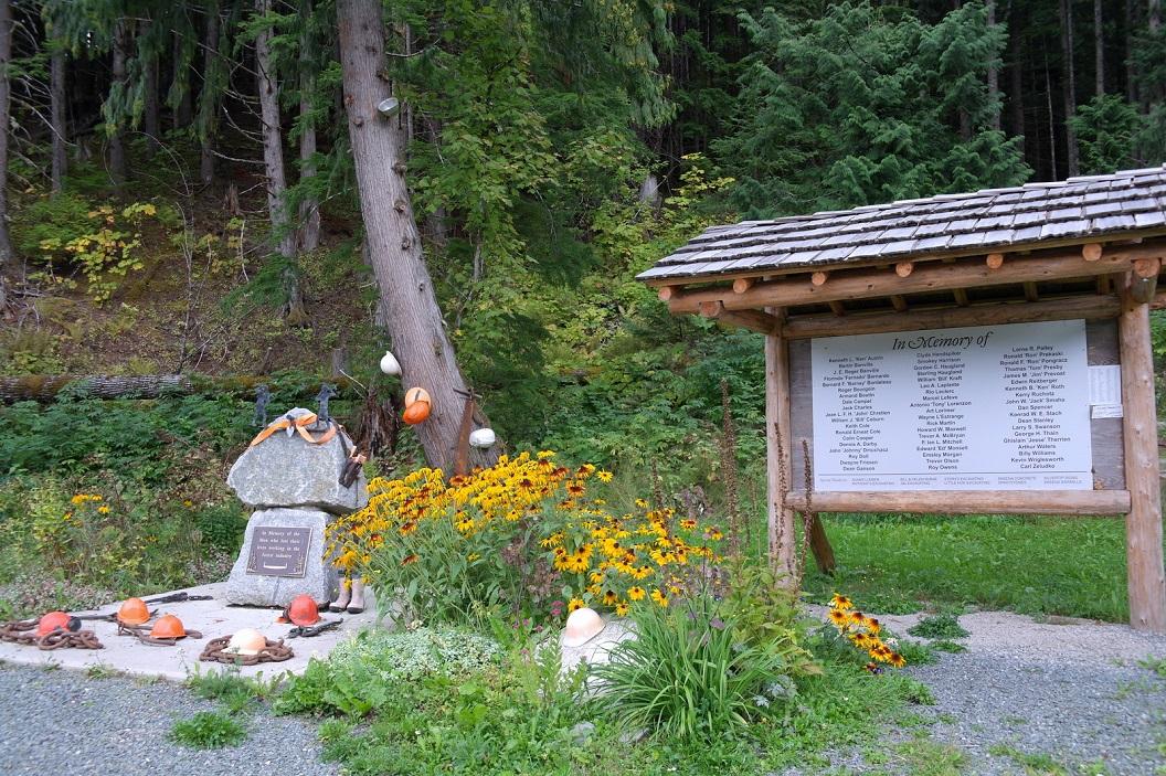 23 in Usk - monument ter nagedachtenis aan de mannen die hun leven verloren tijdens hun werk in de bosproductie SAM_0374