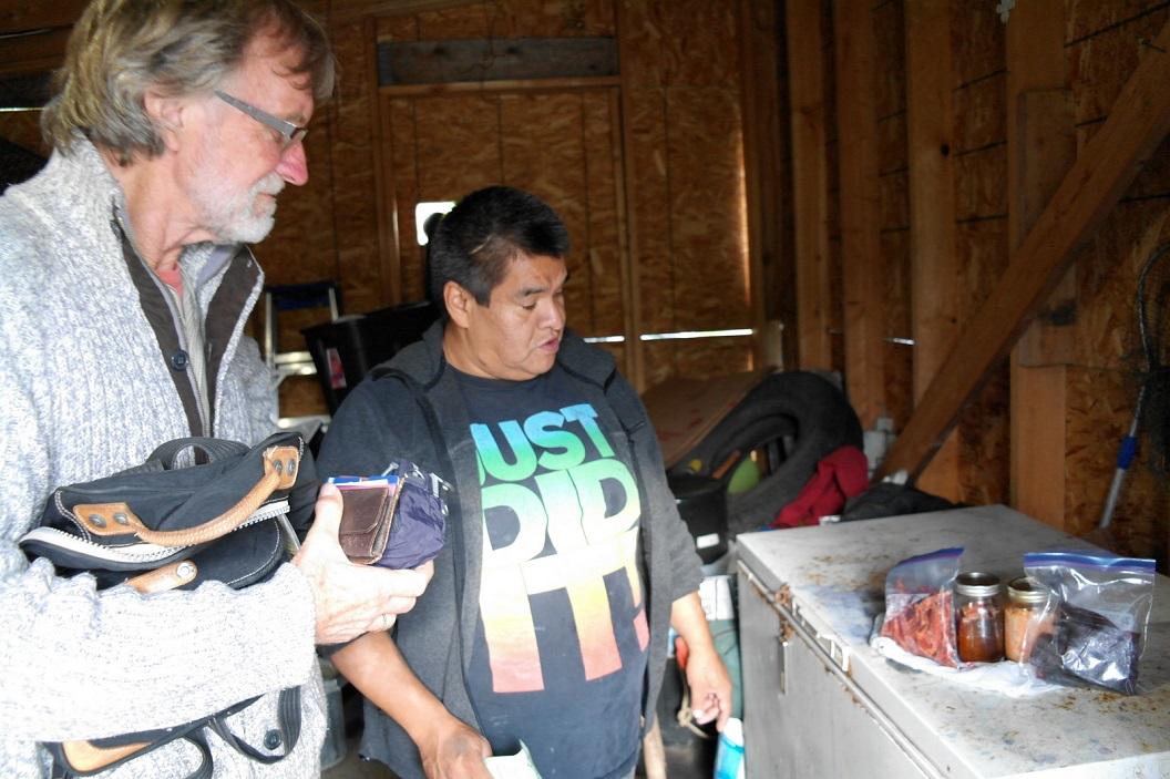 17 in een van de huizen wordt zalm klaar gemaakt, gerookt en ingepot zoals wij van het wekken kennen. Krijgen uitleg van deze vishandelaar SAM_0422