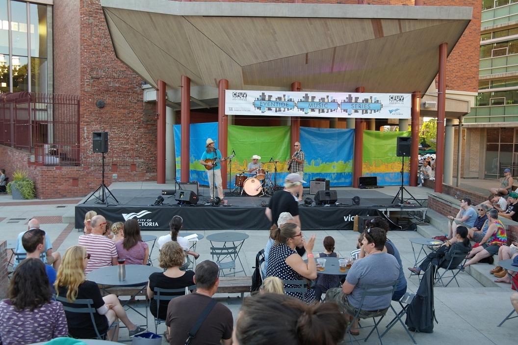 16 optreden voor het McPherson Playhouse op Centennial Square SAM_9053