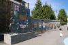 22 spelen met een veertje ... bij het monument Oprichting van de provincie British Columbia SAM_9136