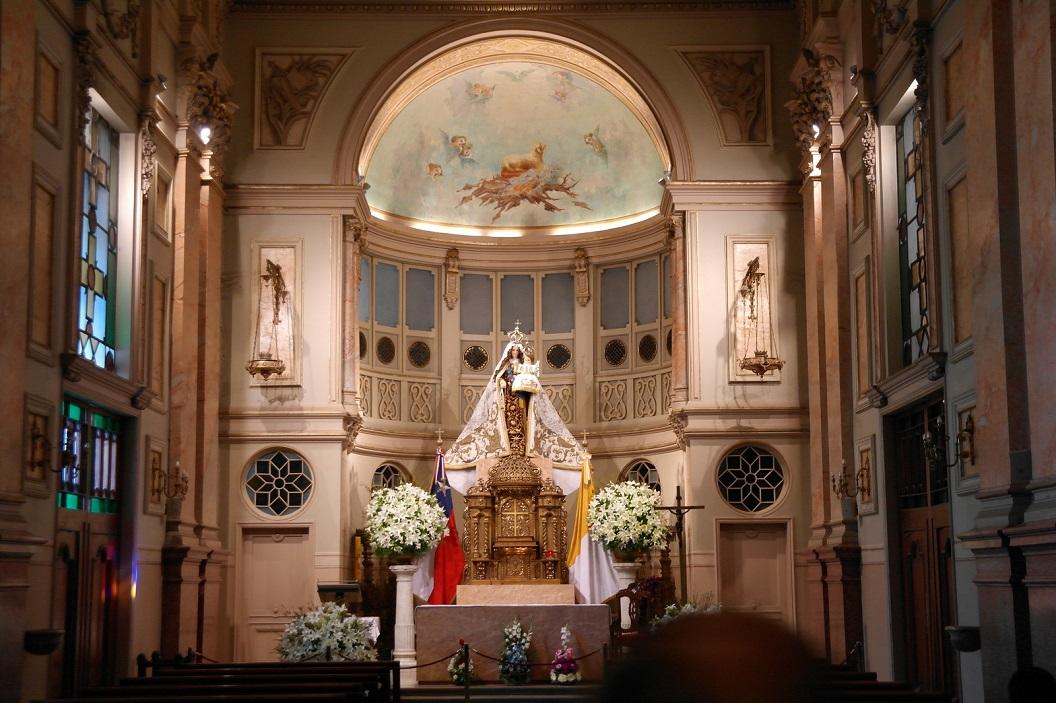 24 De beschermvrouwe van de kathedraal is de Virgen de la Asuncion, die het hoofdaltaar domineert in Catedral de Santiago