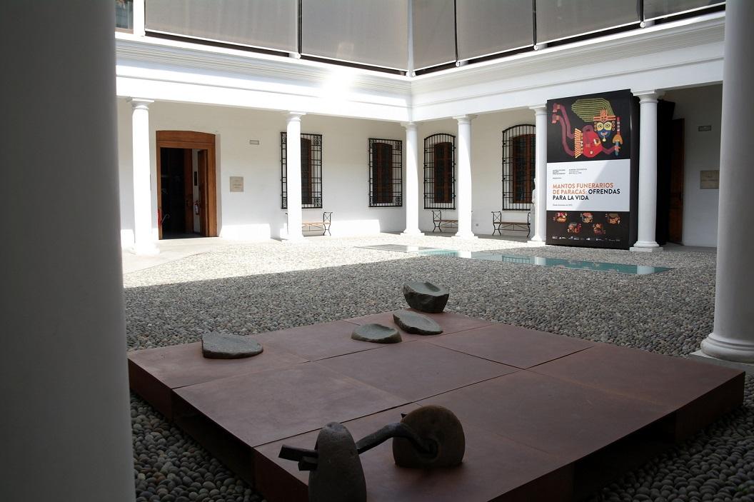 33 in de patio, poster van de tentoonstelling Omslagdoeken met voorstellingen opgedragen voor de reis naar het nieuwe leven