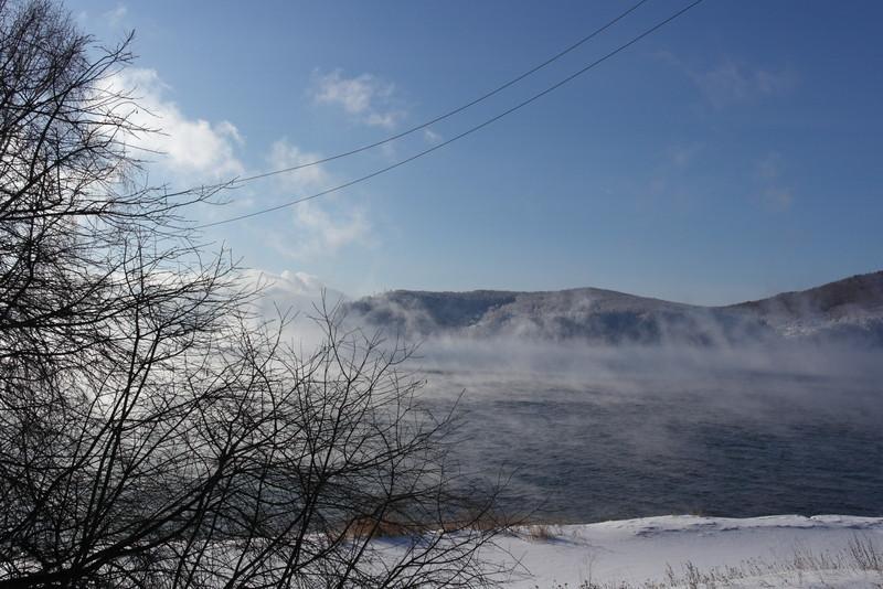 02-onze-eerste-blik-op-lake-baikal-omgeven-door-damp-uit-het-water-wat-warmer-is-dan-de-buitenlucht-32-c