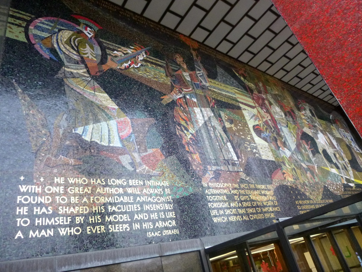12 aan de buitenmuur - ingang van Detroit Public Library - prachtig historisch mozaïek