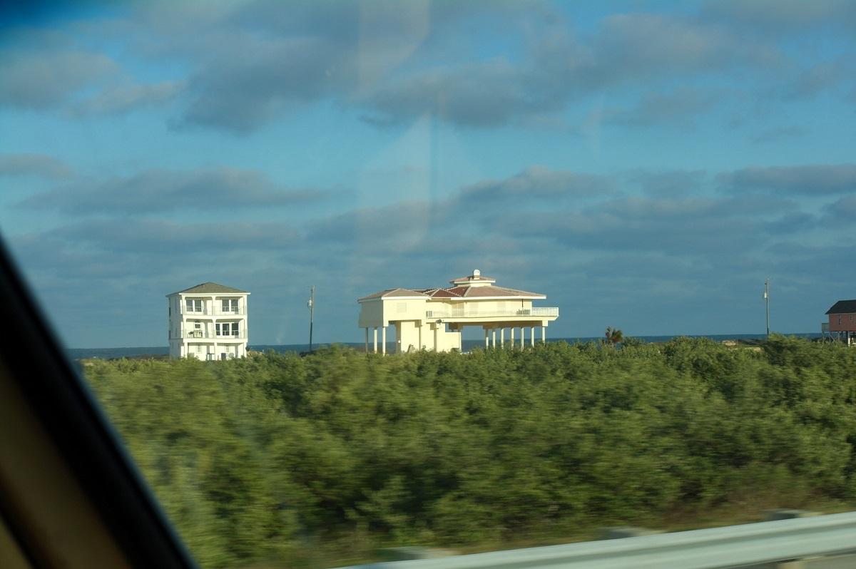 8 huizen op palen, bouw voorschrift voor de nieuwere woningen vanwege tsunami gevaar
