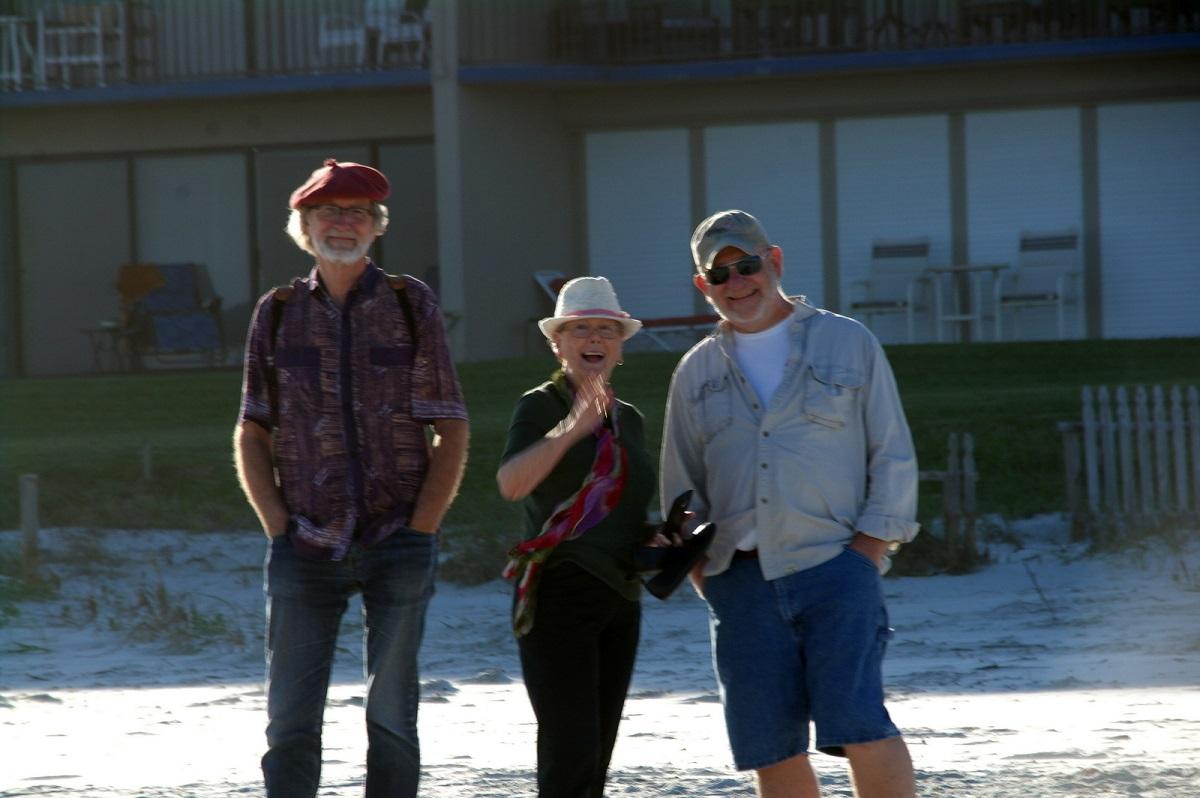 16 kijk ze ziet ons! wijst Marianne enthousiast. Samen met Marianne en Jim wandelen we langs het strand in New Smyrna Beach