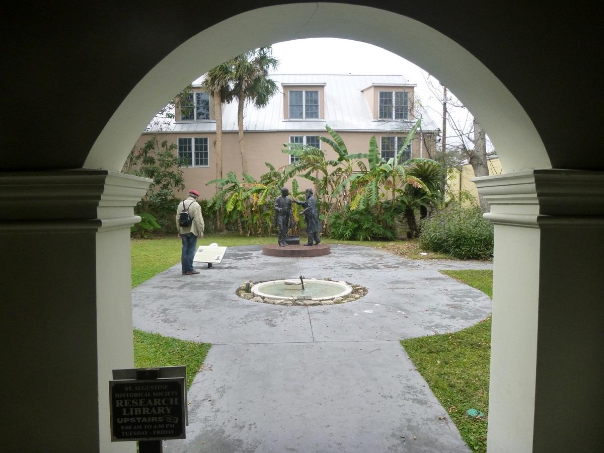 6 binnenplaatsje van het Research Library