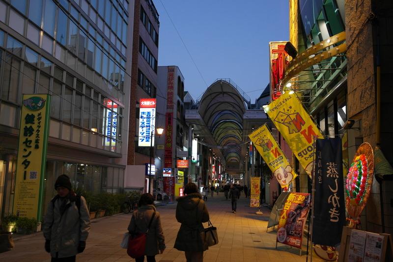 43-hiroshima-city-bij-avond-een-moderne-stad-met-een-levendig-uitgangscentrum