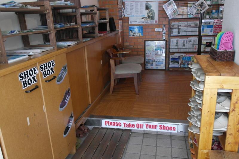 45-bij-binnenkomst-please-take-off-your-shoes