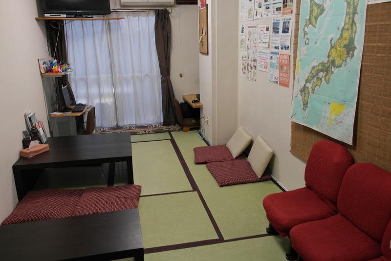 46-woonkamer-van-het-hostel-japanese-style-met-japanse-matten
