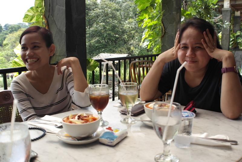 108-twee-gezellige-meisjes-houden-ons-gezelschap