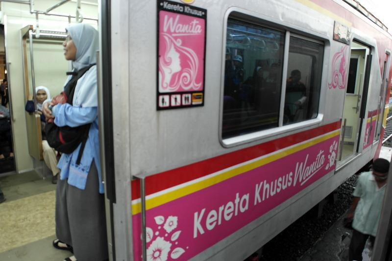 115-in-de-trein-voor-wie-dat-wil-in-de-coupe-wanita-voor-alleen-vrouwen