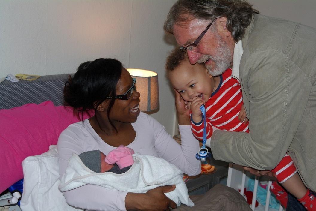 02 Mikay enthousiast en blij met zijn zusje Catalina en Opa Wim gelukkig en vol trots
