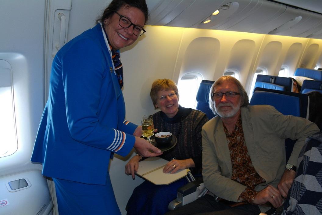06 verrast door dit hartelijk onthaal door purser van de KLM, Champagne met nootjes ! Zij hoorde van onze voortzetting Amerika-reizen met onze Bus!