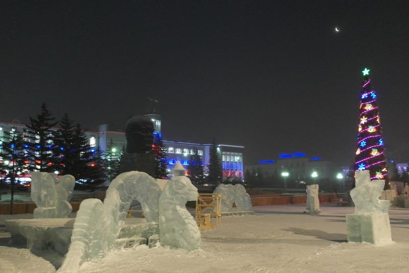 19-10-december-2012-op-de-vroege-ochtend-maan-kerstboom-en-ijssculpturen-rond-lenin-head