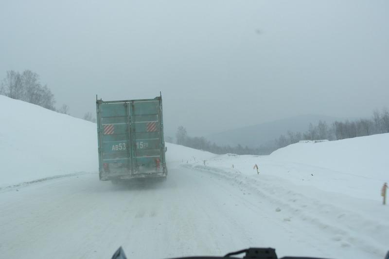 61-besneeuwde-wegen-en-met-een-enkele-vrachtwagen-onderweg-naar-khabarovsk