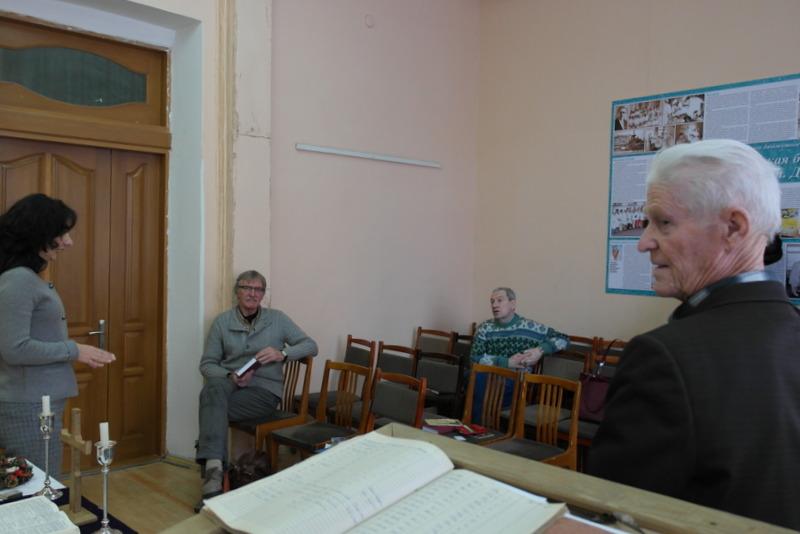78-tatiana-tijdens-lutherse-dienst-in-zaaltje-van-de-clinic-for-health