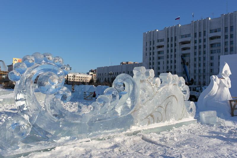 86-op-het-plein-voorbereiding-nieuwjaarsfestival-feestelijk-met-ijssculpturen
